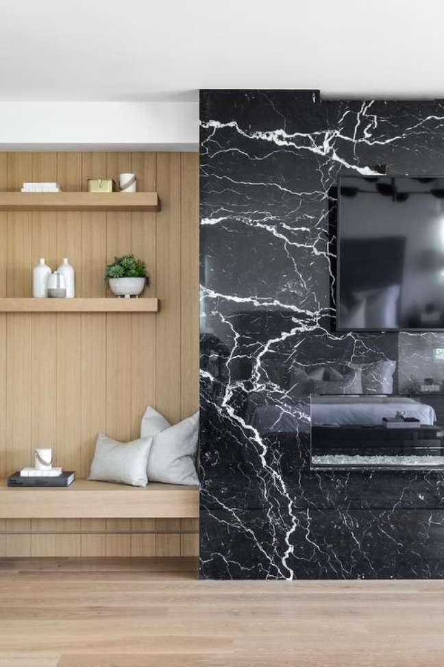 56. Painel para TV de mármore preto e parede de madeira planejada -Foto Decorpad