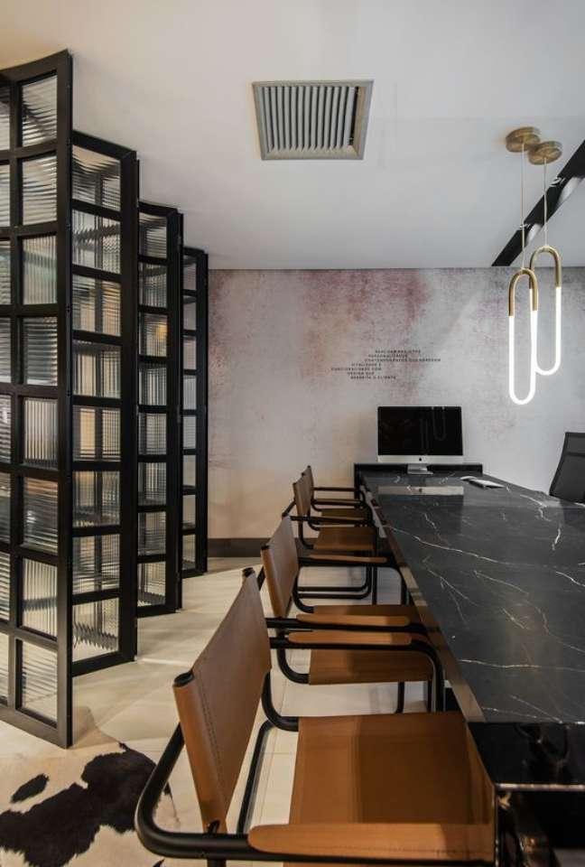 53. Mesa de mármore preto com cadeiras em caramelo – Foto Studio anexo A