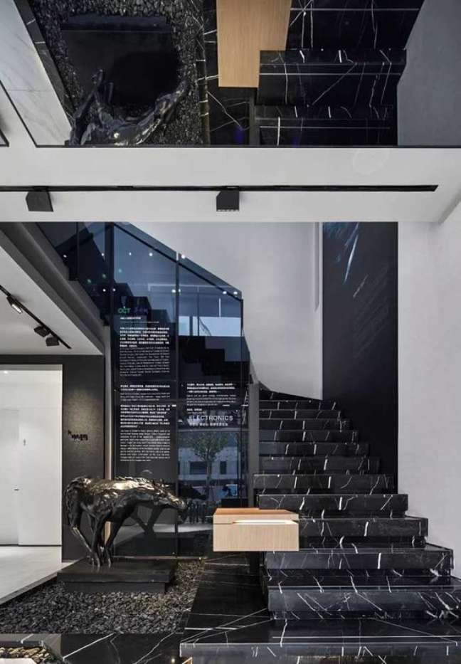 7. Escada de mármore preto luxuosa com parede na mesa cor e espelho no teto – Foto Pinterest