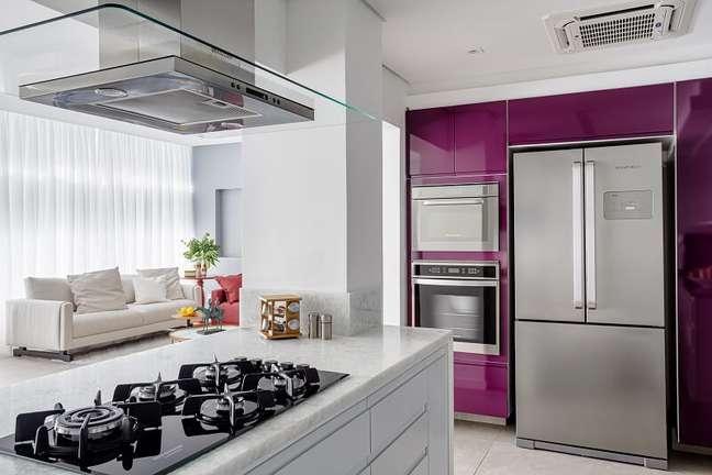 12. O toque roxo na decoração da cozinha traz personalidade ao ambiente. Foto: Dhani Borges