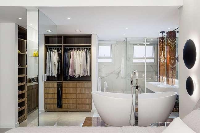 3. Além do banheiro, o closet também é totalmente integrado ao quarto. Foto: Dhani Borges