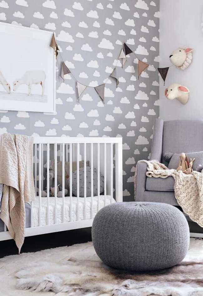48. Puff de crochê para decoração de quarto para bebê com papel de parede de nuvens – Foto: Home Fashion Trend