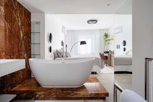 2. A banheira de imersão é revestida com pedra natural em mármore Rosso Alicante. Foto: Dhani Borges