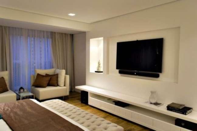 13. Rack para quarto branco com cama de casal e poltrona bege -Foto Pinterest
