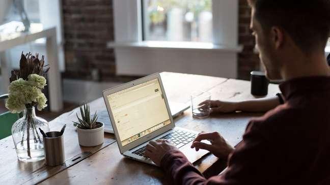 Homem trabalhando em home office