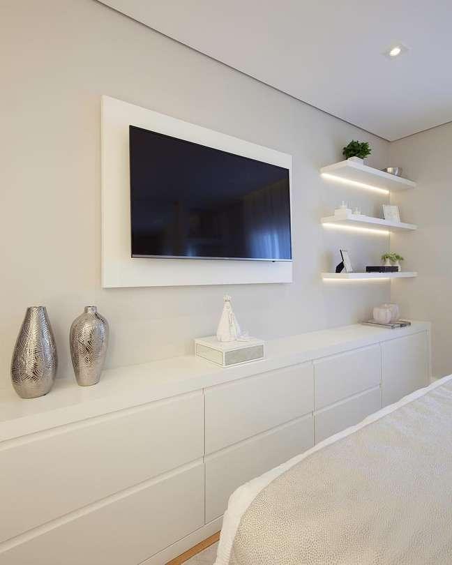 9. Painel e rack tv para quarto – Foto Pinterest