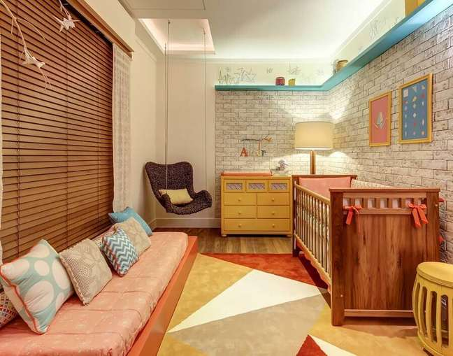 16. Decoração de quarto para bebê com balanço suspenso e tapete geométrico colorido – Foto: Pinterest