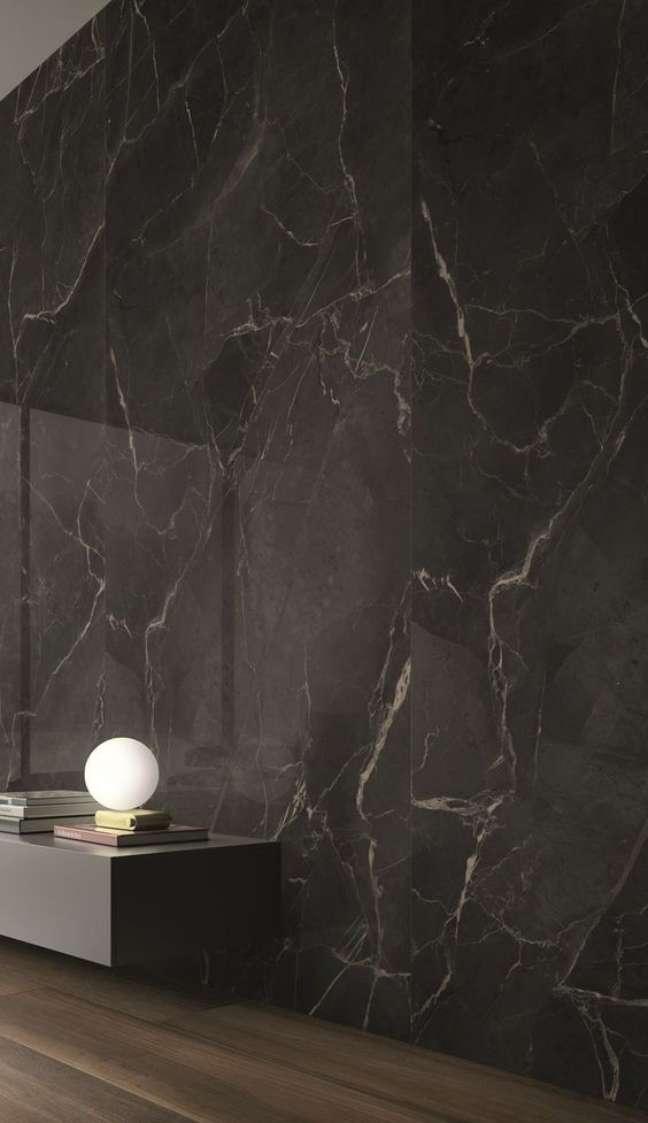 58. Parede de mármore preto e rack preto – Foto Archiproduts