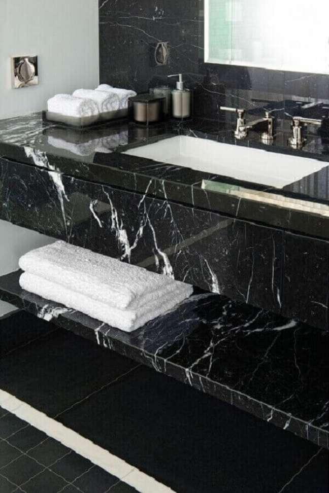 14. Bancada de mármore preto para decoração de banheiro sofisticado – Foto Pinterest