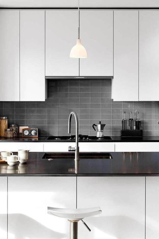 29. Cozinha com mármore preto absoluto e armários brancos – Foto Backsplas