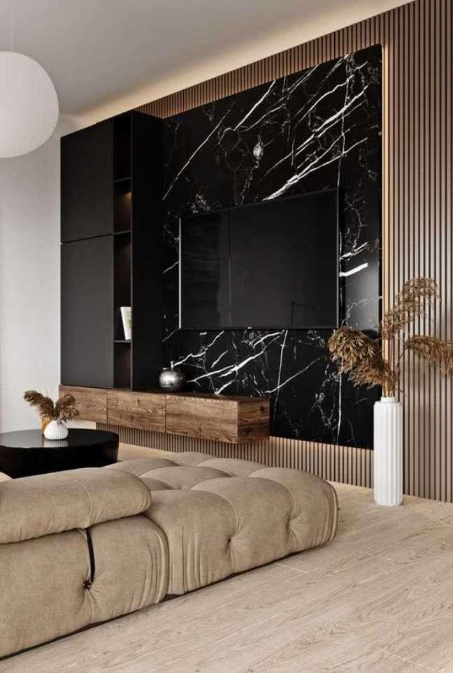 11. Painel para tv de mármore preto e móveis de madeira – Foto Pinterest