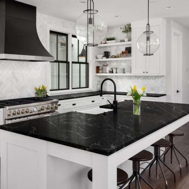 46. Mármore preto para bancada de cozinha branca e moderna – Foto giani Granite