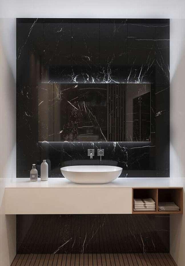 27. Banheiro com parede de mármore preto e bancada branca – Foto Pinterest