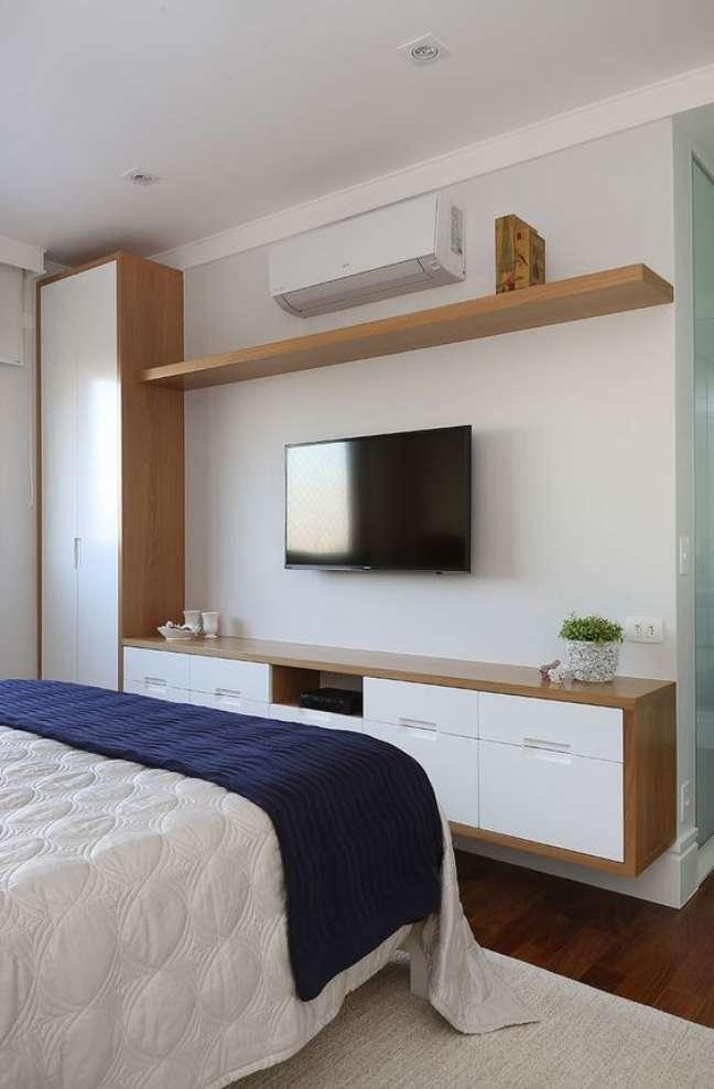 24. Rack para quarto com cama de casal e móveis planejados – Foto Habitare