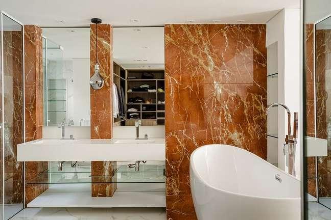 1. A combinação entre o mármore Rosso Alicante com o revestimento branco deixa o ambiente ainda mais sofisticado. Foto: Dhani Borges
