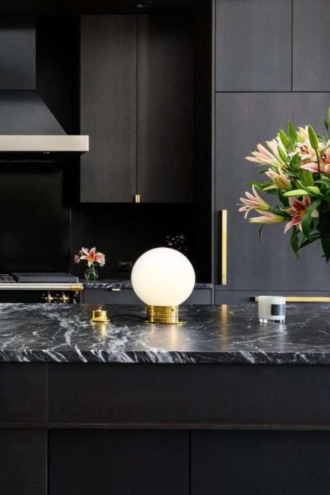 28. Cozinha com bancada de mármore preto e vaso de flores – Foto Gambrick