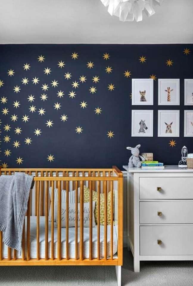 57. Quarto para bebê masculino decorado com estrelas douradas em parede azul marinho – Foto: Home Fashion Trend