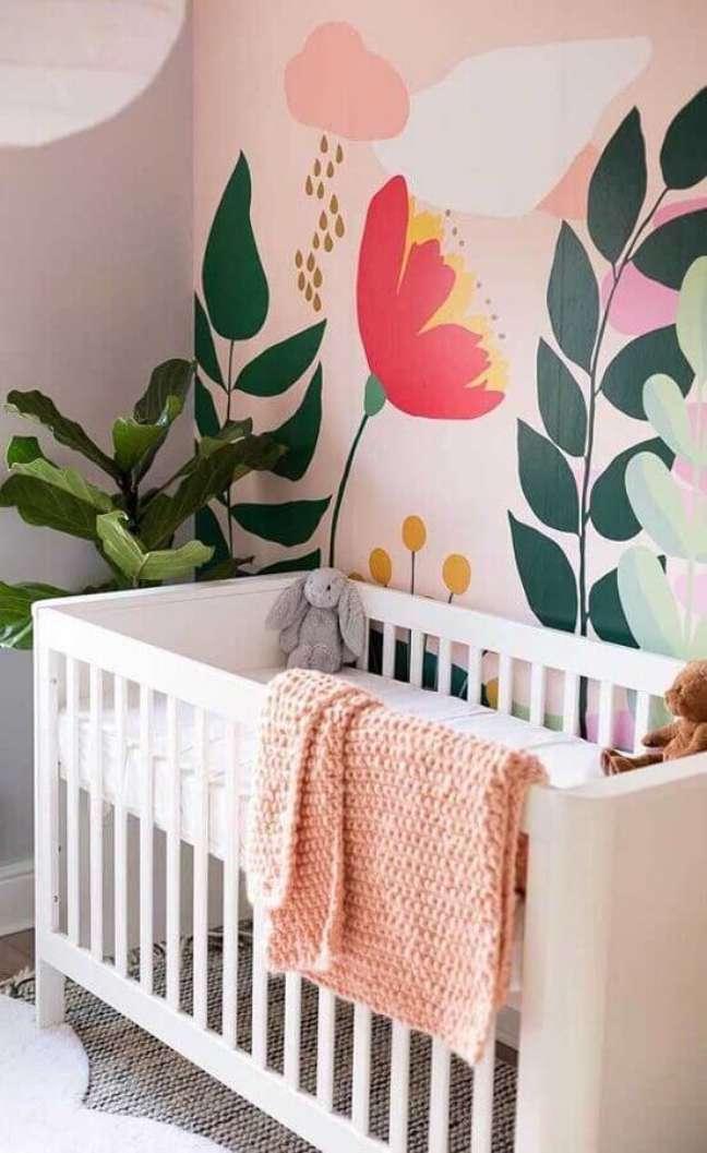 55. Quarto para bebê feminino decorado com papel de parede com flores grandes – Foto: Histórias de Casa