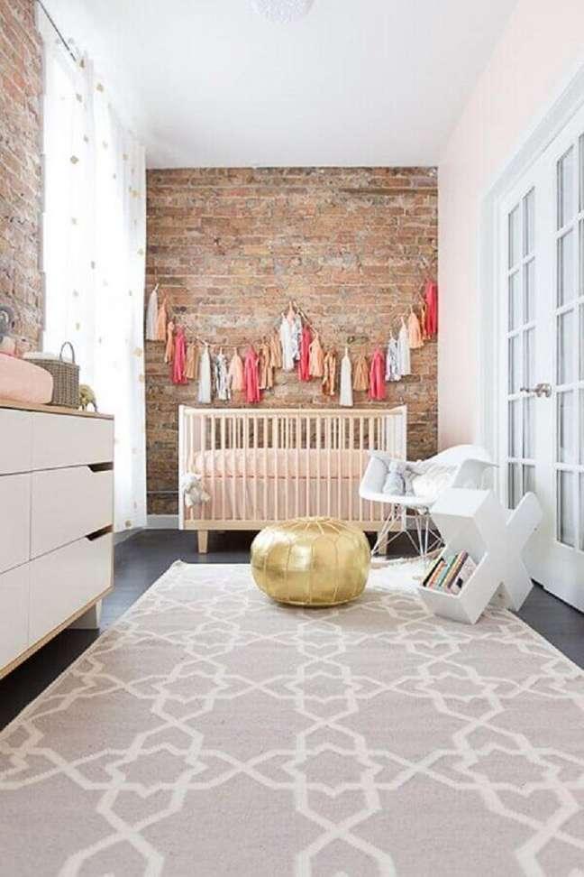 22. Decoração de quarto para bebê com parede de tijolinho rústica – Foto: Pinterest