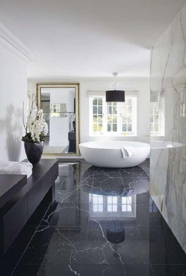 61. piso preto de mármore para decoração de banheiro sofisticado com banheira – Foto Apartment Therapy