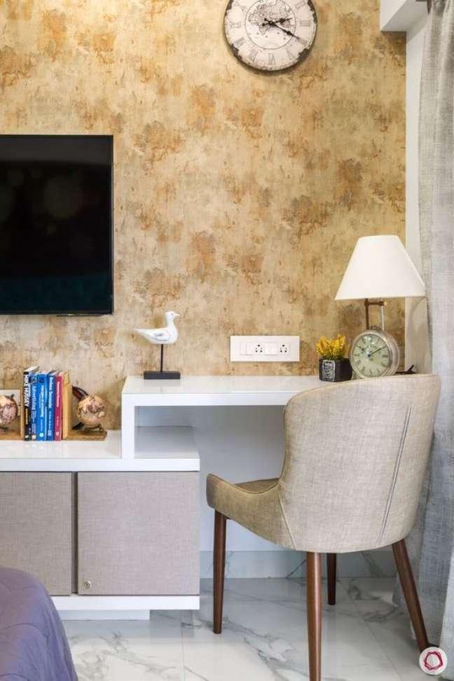12. Quarto com rack para TV e armários para organizar itens – Foto Liv Space