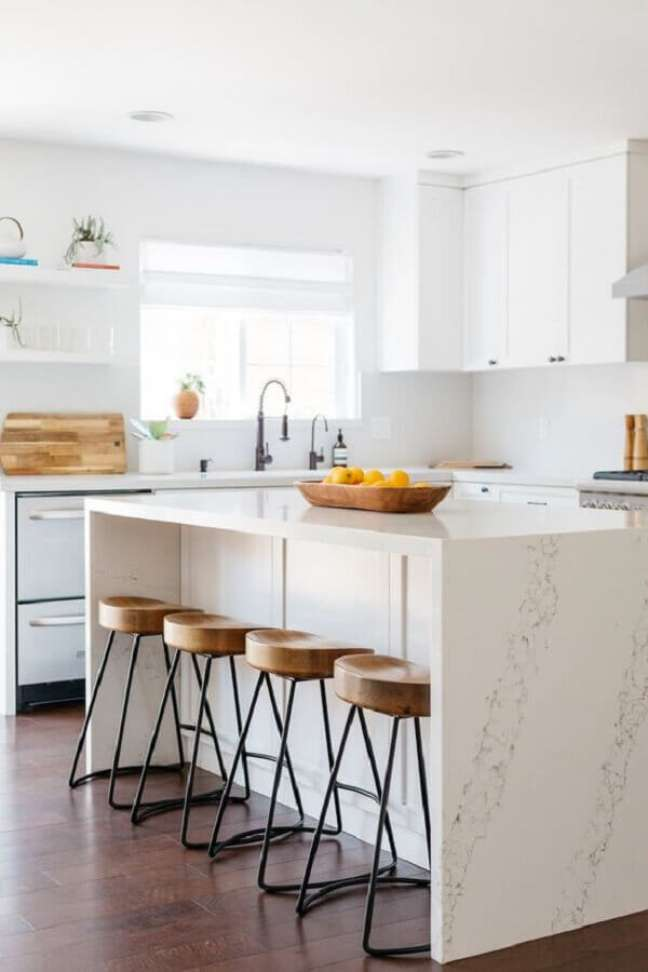 25. Cozinha branca decorada com banqueta para ilha de mármore – Foto: Pinterest