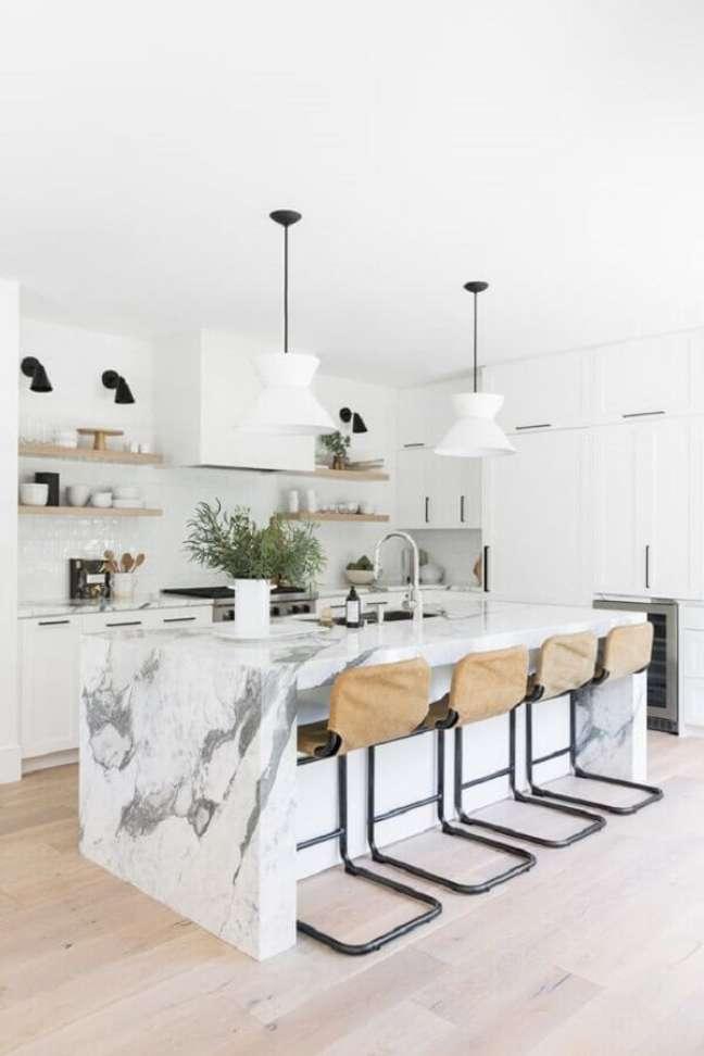 46. Decoração de cozinha branca com banqueta alta para ilha de mármore – Foto: Studio McGee