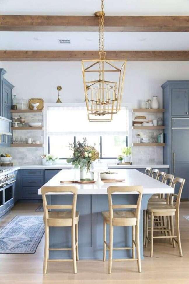 19. Banquetas para ilha de cozinha azul e branca decorada com estilo clássico – Foto: CC + Mike