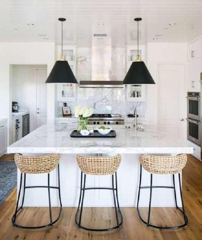 62. Decoração para ilha de cozinha com banqueta rústica – Foto: Apartment Therapy
