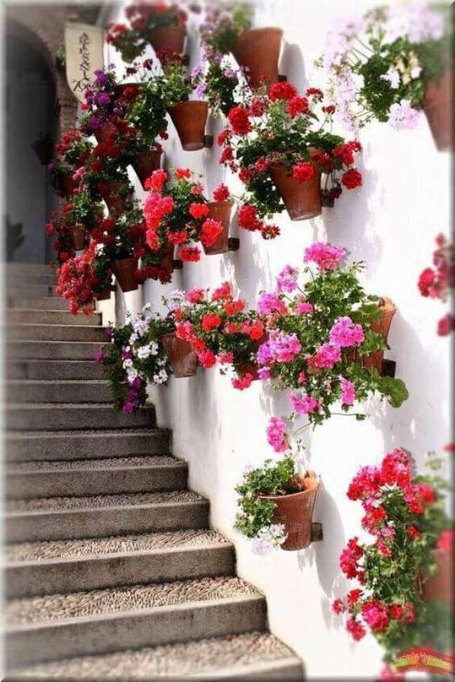 43. Vaso de parede decorada com flores gerânio – Foto Pinterest