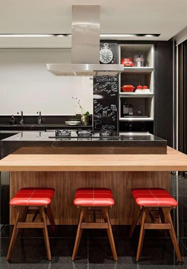 4. Decoração moderna para ilha de cozinha com banqueta baixa – Foto: Casa de Valentina