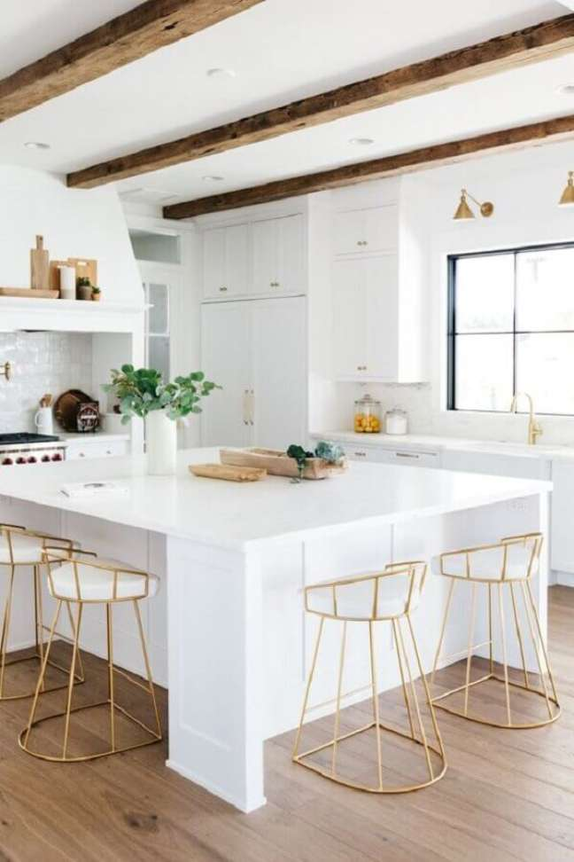 34. Decoração clean com banquetas para ilha de cozinha branca – Foto: Pinterest