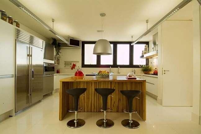 53. Decoração de cozinha planejada com banqueta alta para ilha de madeira – Foto: A1 Arquitetura