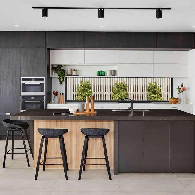 31. Cozinha preta moderna decorada com banquetas para ilha gourmet – Foto: Da Vinci Lifestyle