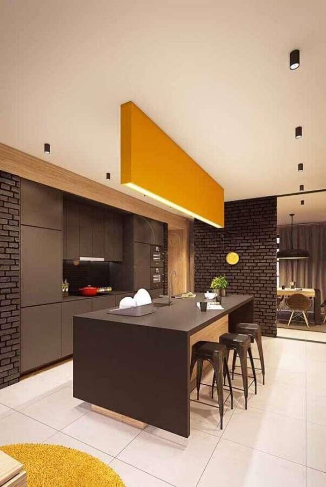 59. Decoração moderna de cozinha cinza e amarela com banqueta para ilha – Foto: Pinterest