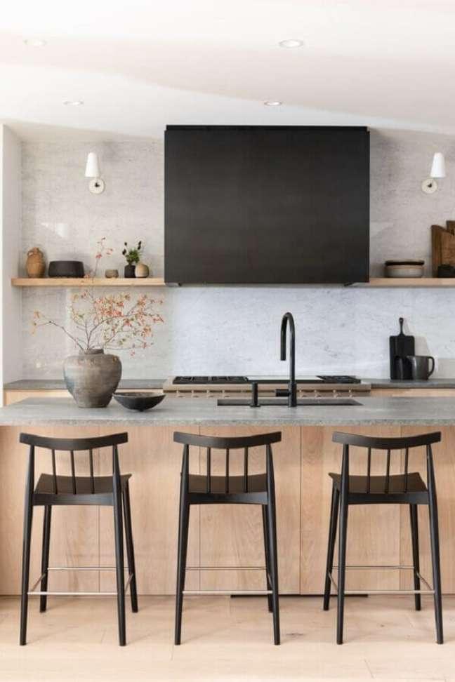 7. Decoração clean com banquetas para ilha de cozinha – Foto: Casa Très Chic