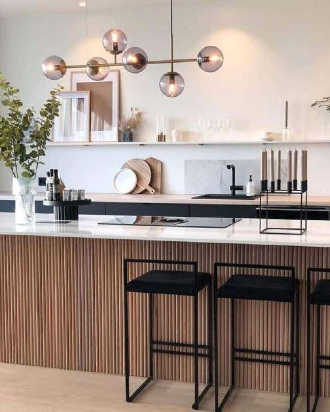 14. Banqueta para ilha de cozinha decorada com painel ripado – Foto: Modest Hut