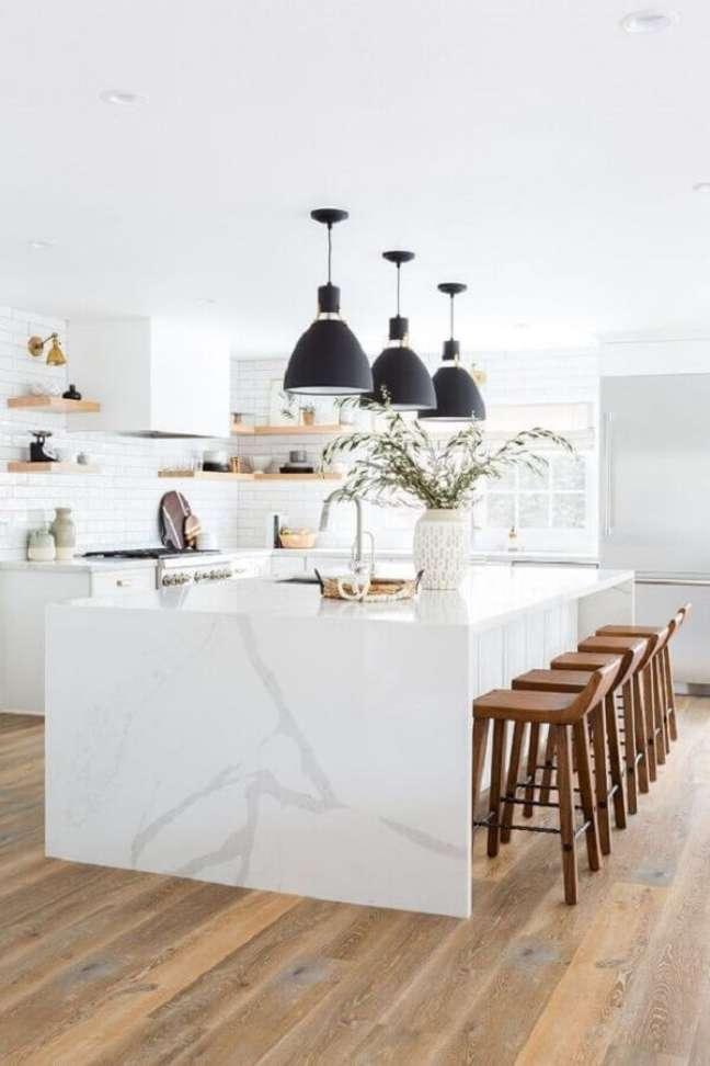 2. Banqueta para ilha de cozinha branca decorada com luminária preta – Foto: LD Shoppe