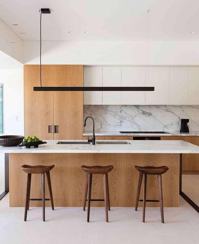10. Decoração moderna de ilha de cozinha com banqueta de madeira – Foto: Daniel Boddam Architecture & Interior Design