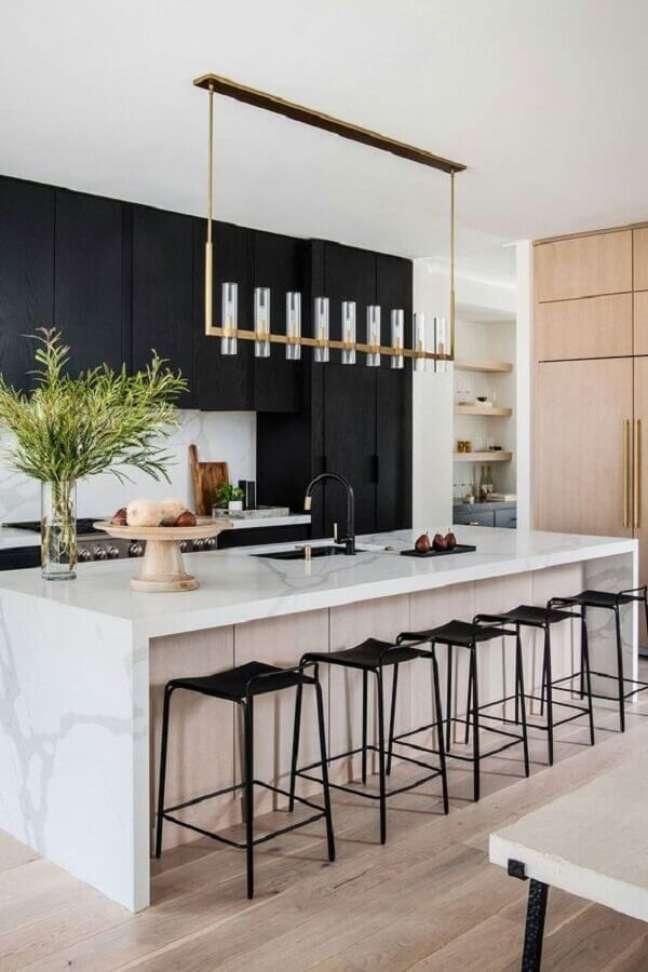 30. Cozinha preta e branca moderna decorada com banquetas para ilha gourmet – Foto: Archilovers