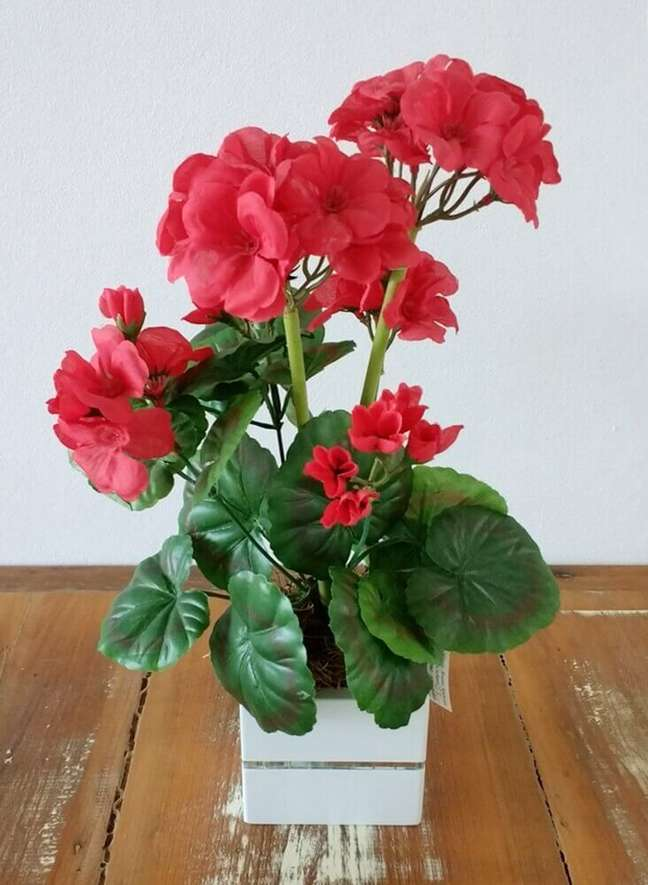 41. Vaso de gerânio vermelho artificial para decorar sua casa – Foto elo7