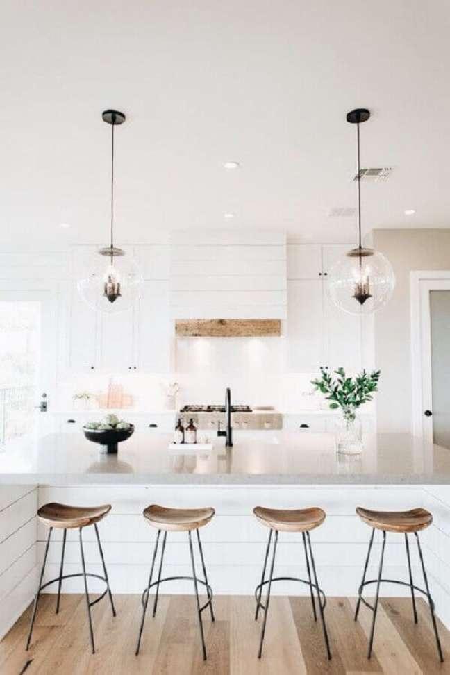 13. Banqueta para ilha de cozinha branca decorada com luminária redonda de vidro – Foto: Decoholic