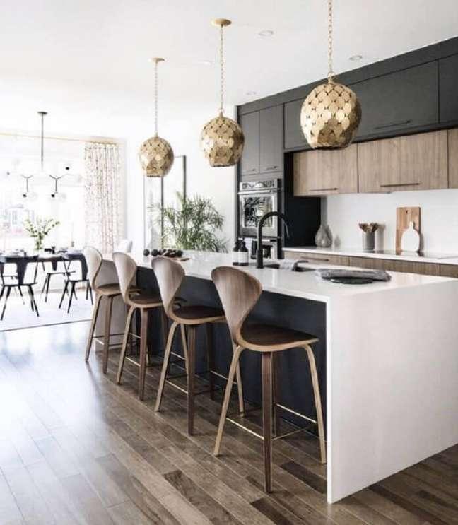 12. Banqueta alta para ilha de cozinha grande decorada com armário preto – Foto: LD Shoppe