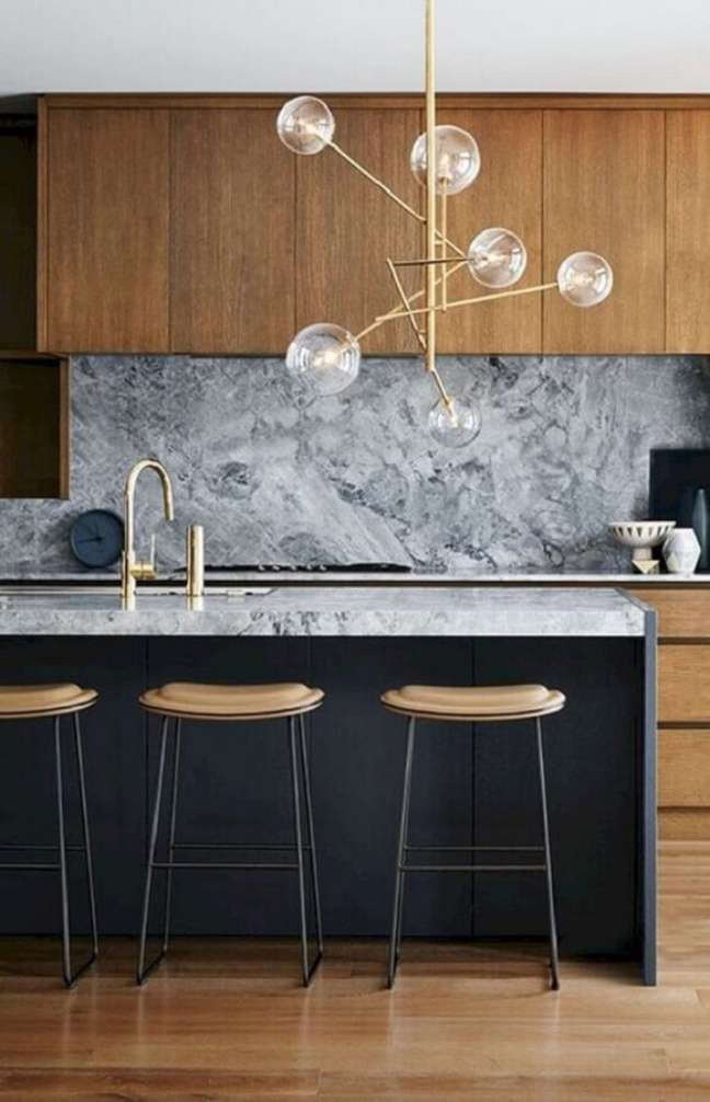 29. Cozinha decorada com lustre moderno e banqueta para ilha – Foto: Futurist Architecture
