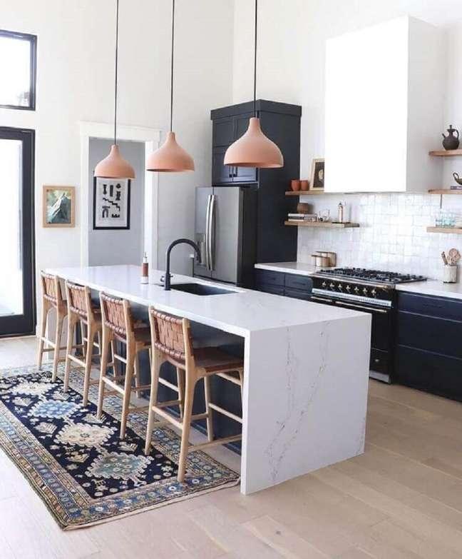 37. Decoração com banqueta alta para ilha de cozinha preta e branca – Foto: Wood Save