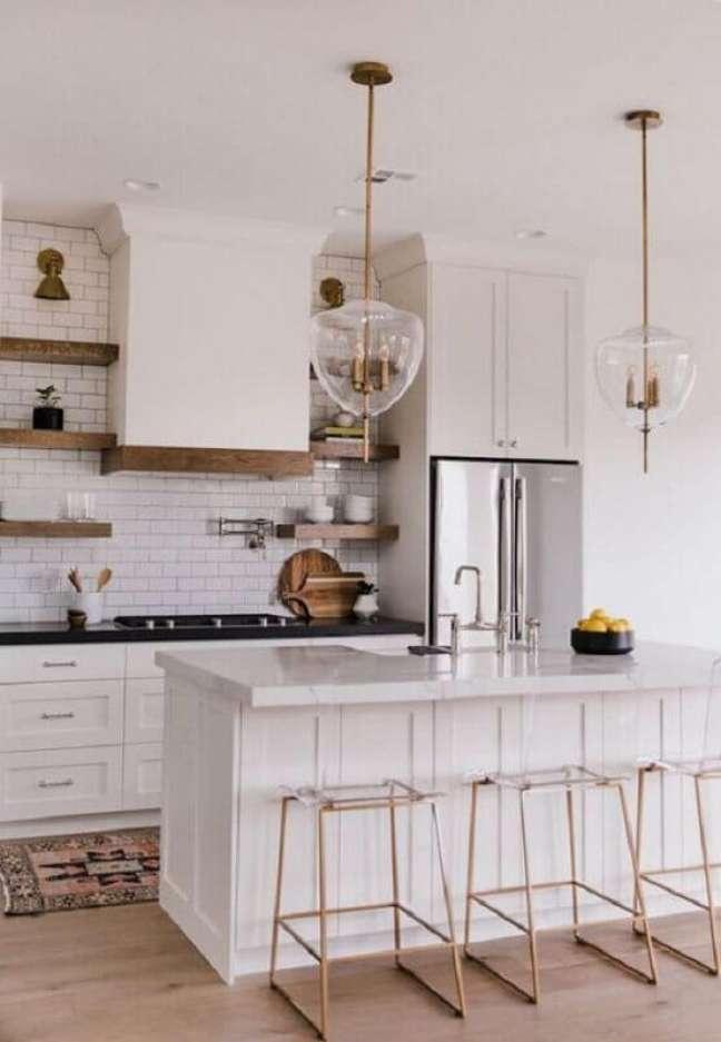 20. Banquetas para ilha de cozinha branca decorada com estilo clássico – Foto: Decoholic