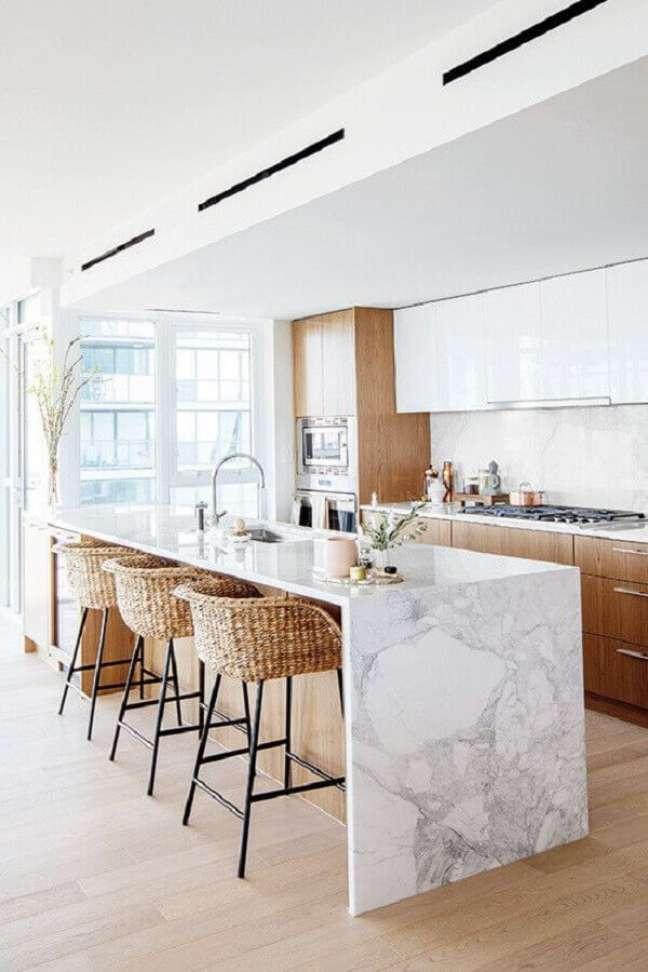 24. Cozinha branca com madeira decorada com banqueta para ilha de mármore – Foto: Apartment Therapy