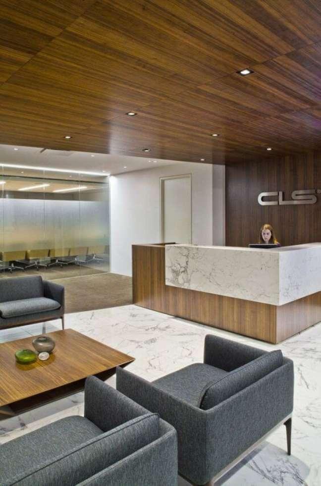 8. Sala de espera para escritório com poltronas na cor cinza e moveis de madeira – Foto Set construções