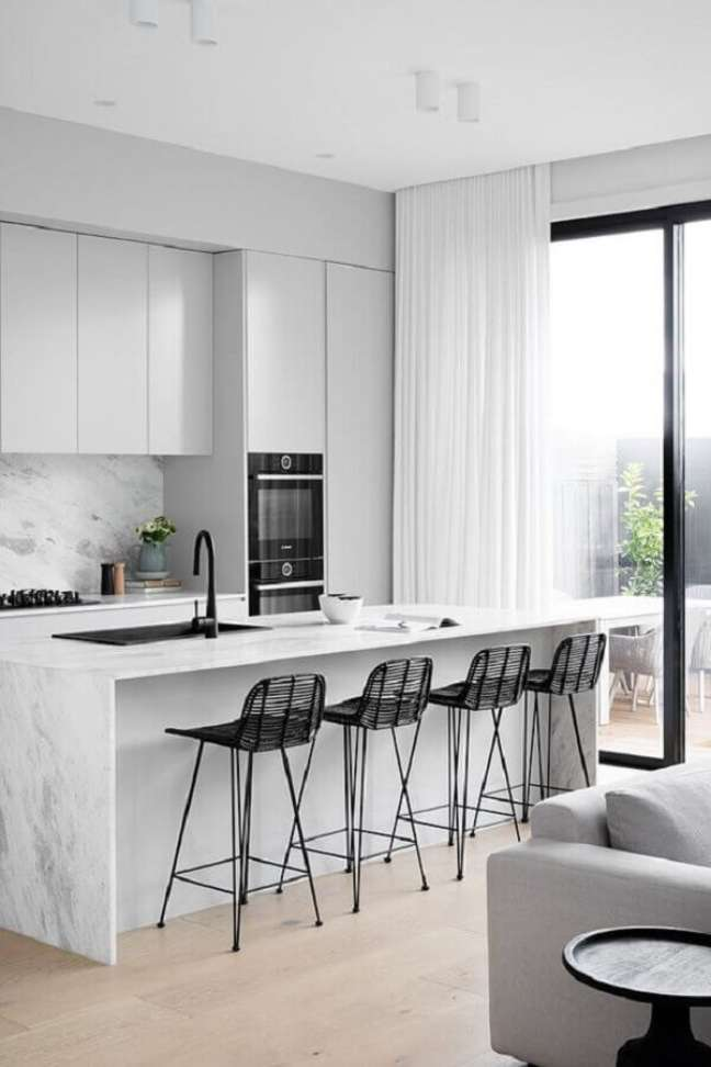 56. Decoração minimalista com banquetas para ilha de cozinha branca – Foto: DIYblinds