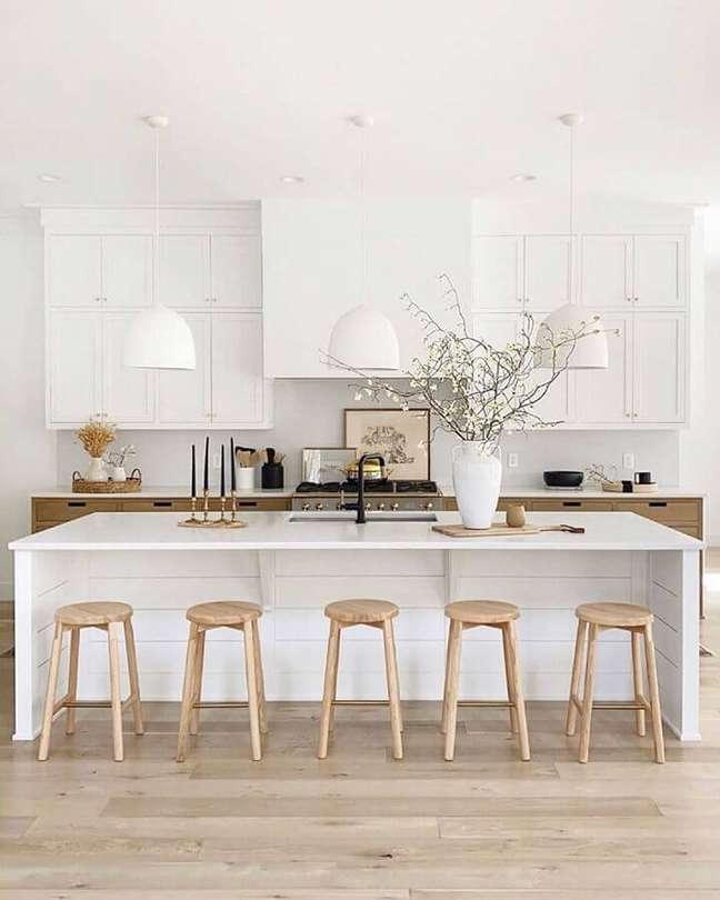 63. Decoração sofisticada para cozinha branca com banqueta para ilha – Foto: House & Home